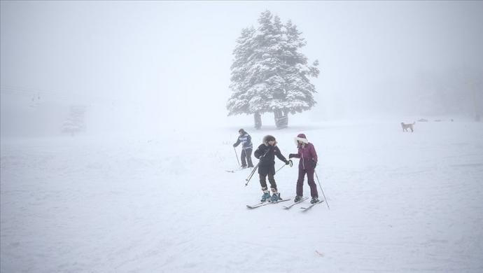 مركز أولوداغ يكتسي بحلة بيضاء تأهبا لعشاق التزلج